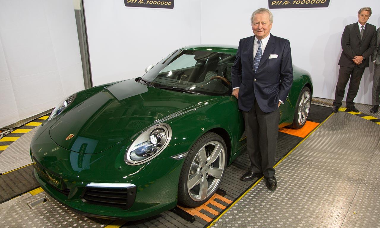 Dr. Wolfgang Porsche mit dem einmillionsten Porsche 911.
