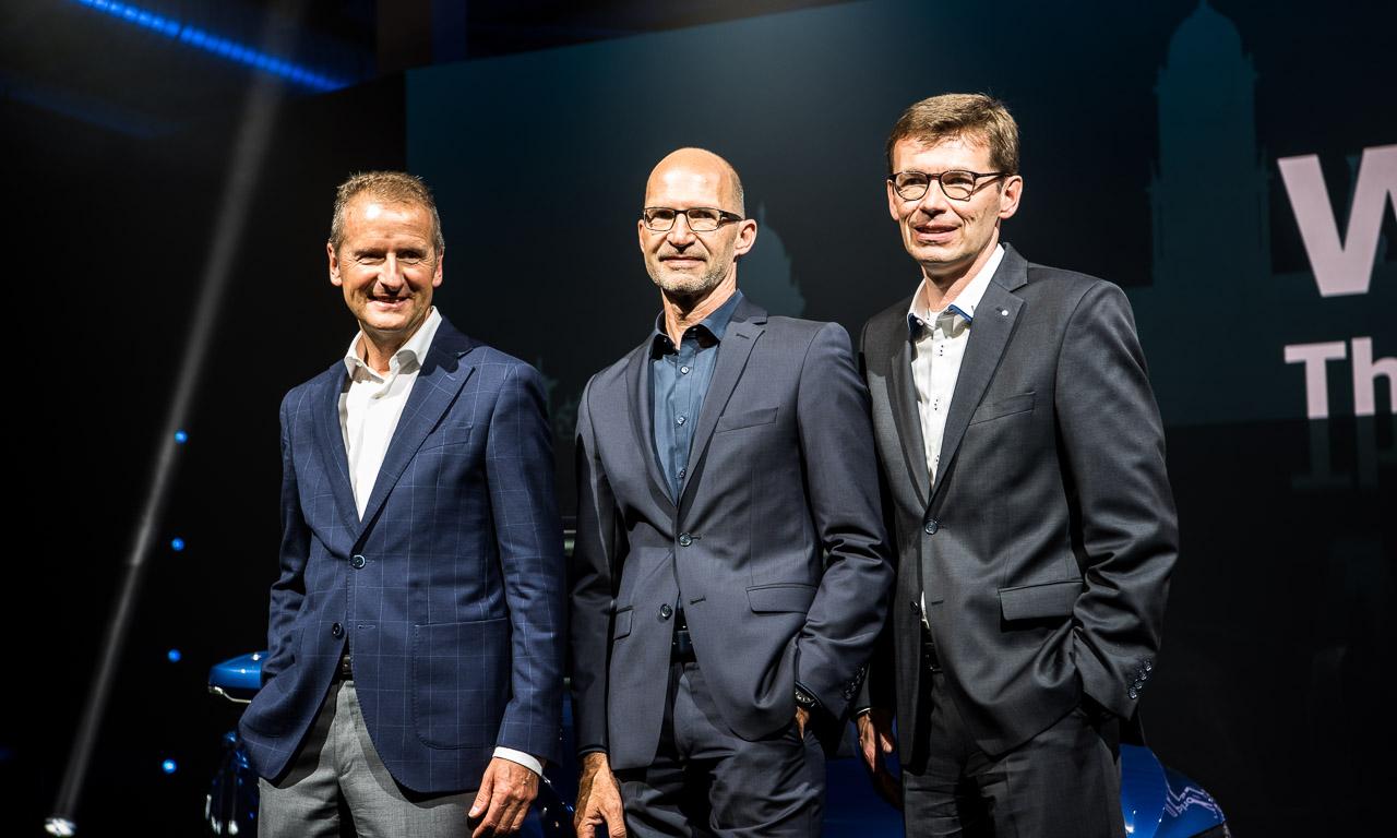 Dr. Herbert Diess, Klaus Bischoff (Design) und Dr. Frank Welsch (Entwicklung) stolz auf ihr neuestes Produkt.