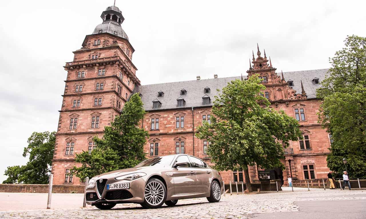 Die Alfa Romeo Giulia Veloce macht überall eine stilvolle Figur - ob auf den Höhenstraßen Wiens oder vor dem Schloss Johannisburg in Aschaffenburg.