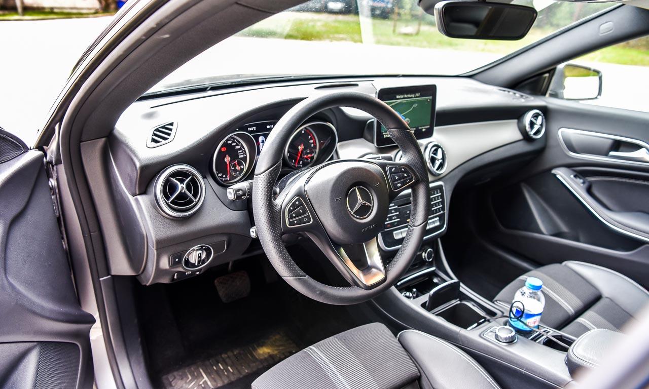 Schnittige Exterieuroptik, sportlich-gedrungenes Interieur im Mercedes CLA 200.