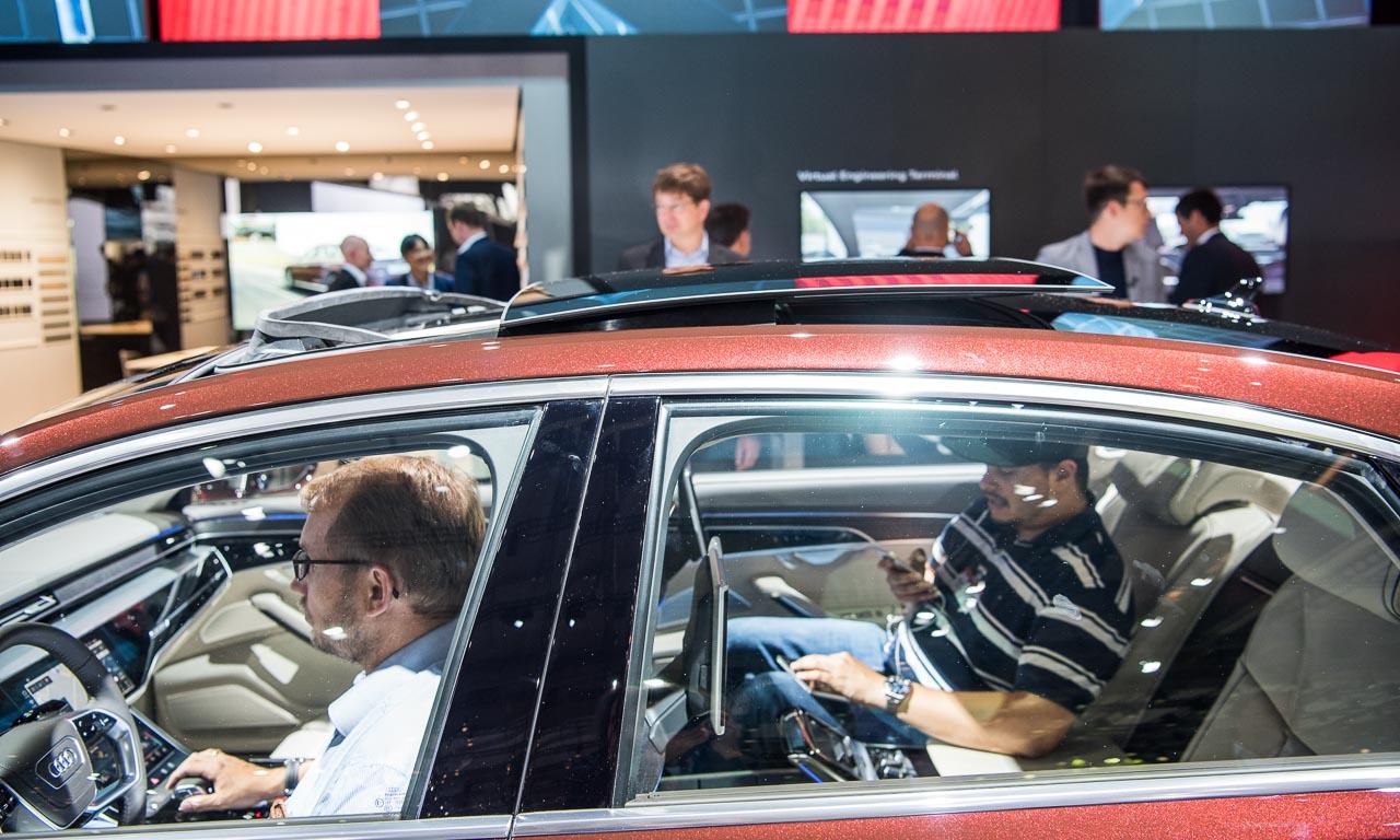 """Neuer Audi A8 2018 Audi Summit Barcelona Rupert Stadler Benjamin Brodbeck AUTOmativ 15 - Erste Sitzprobe im neuen Audi A8: """"Mehr Rechenpower als ein Eurofighter"""""""