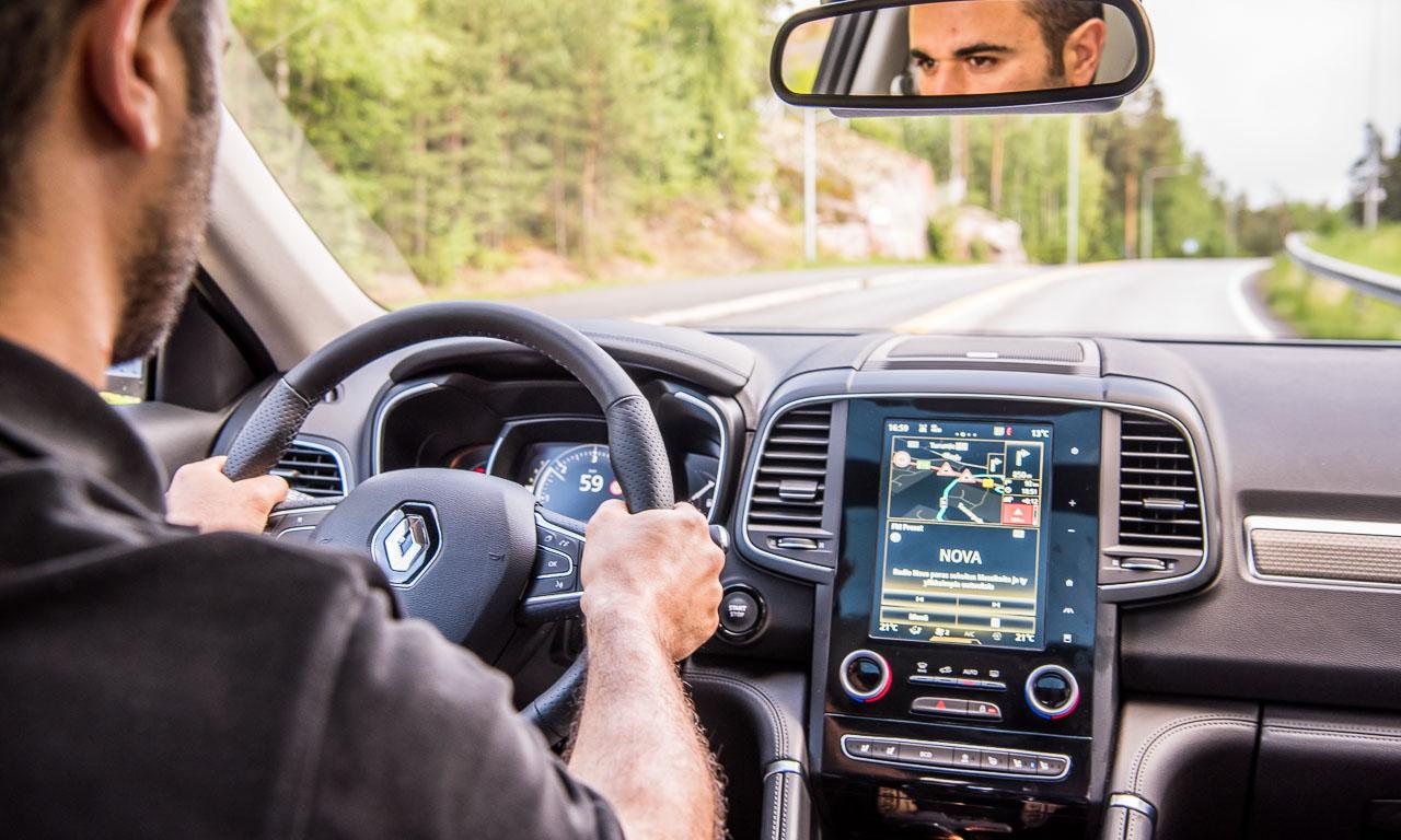 Aufgeräumtes und modernes Cockpit im neuen Renault Koleos. Die Sitze sind sportlich-komfortabel und das Feedback der Lenkung ist gut.