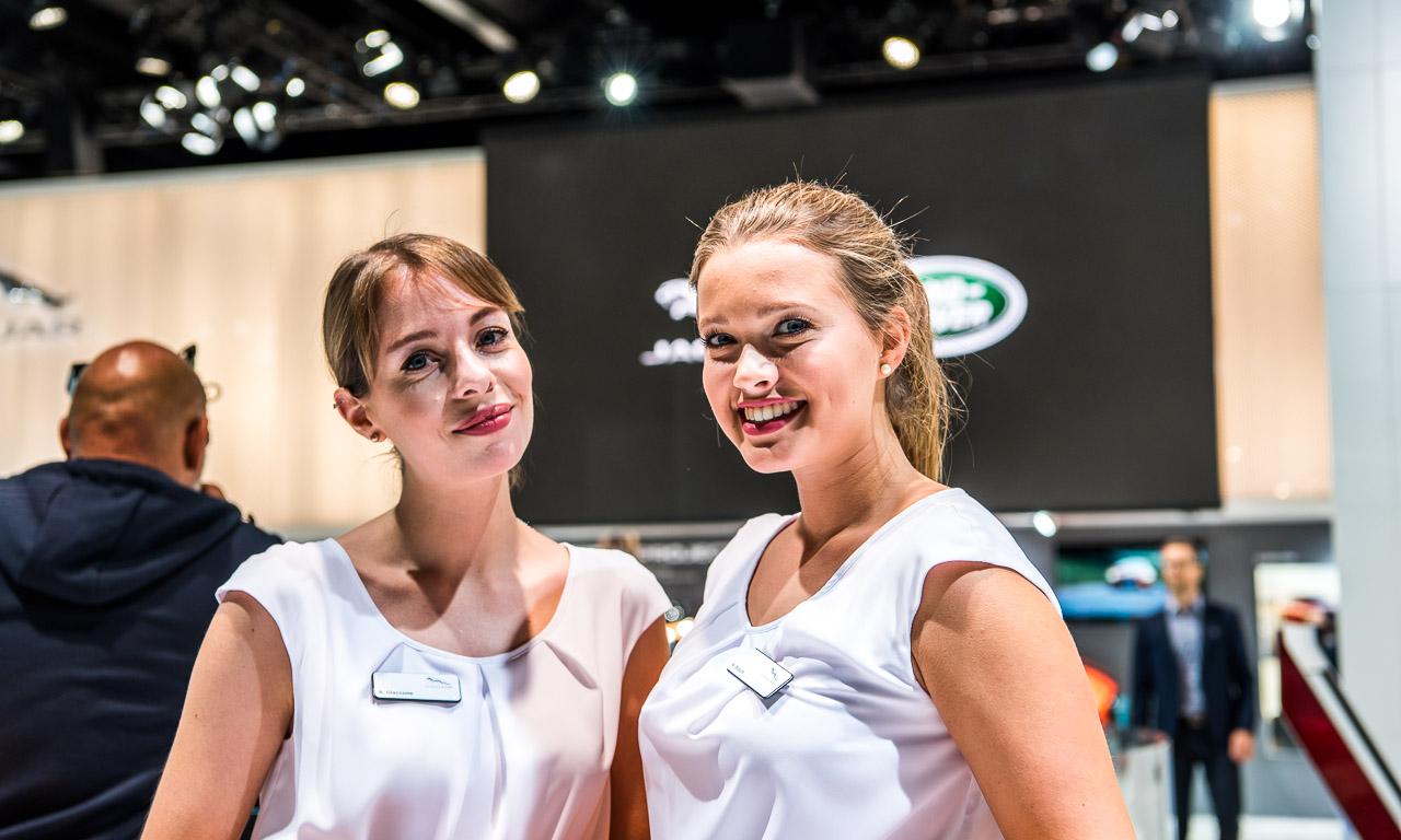 Nicht nur attraktiv für's Bild, sondern auch funktional, die Mädels am Media-Empfang von Jaguar.