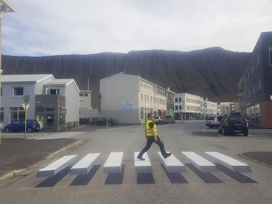3D pedestrian crossing island 59f0352da431b  880 - 3D-Zebrastreifen gegen Raser in Städten - eine Alternative?