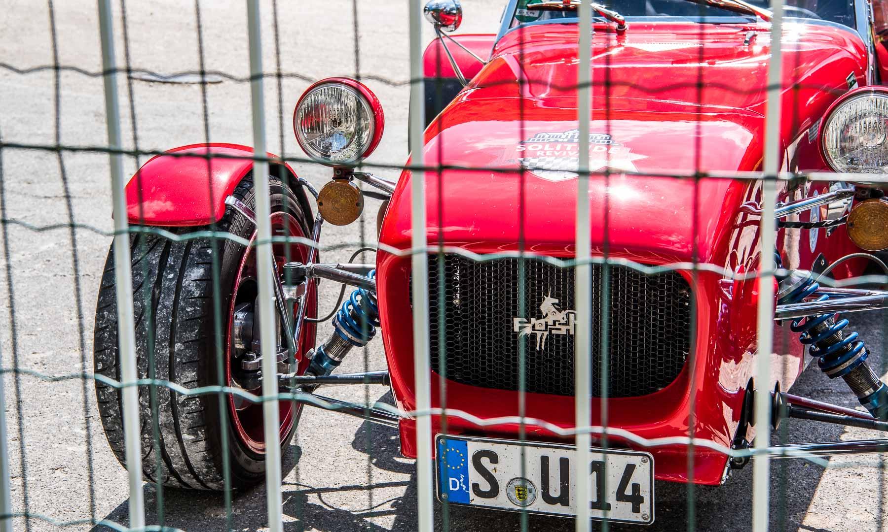 Freistehende Räder, eine schlanke, zigarrenförmige Karosserie: das hier ist der Lotus Seven - bzw. Caterham Seven