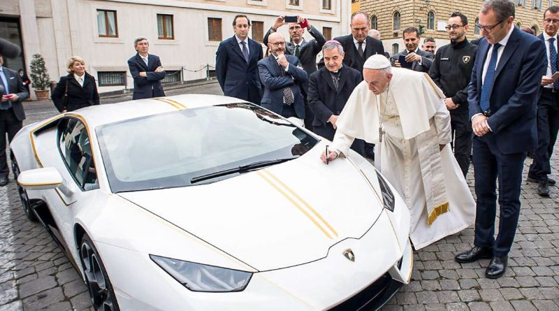 Lamborghini Huracan Papst Franziskus Versteigerung Vatikan AUTOmativ.de1 2 800x445 - Der optisch perfekt zu Papst Franziskus passende Lamborghini Huracán wird versteigert