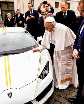 Lamborghini Huracan Papst Franziskus Versteigerung Vatikan AUTOmativ.de1  292x360 - Der optisch perfekt zu Papst Franziskus passende Lamborghini Huracán wird versteigert