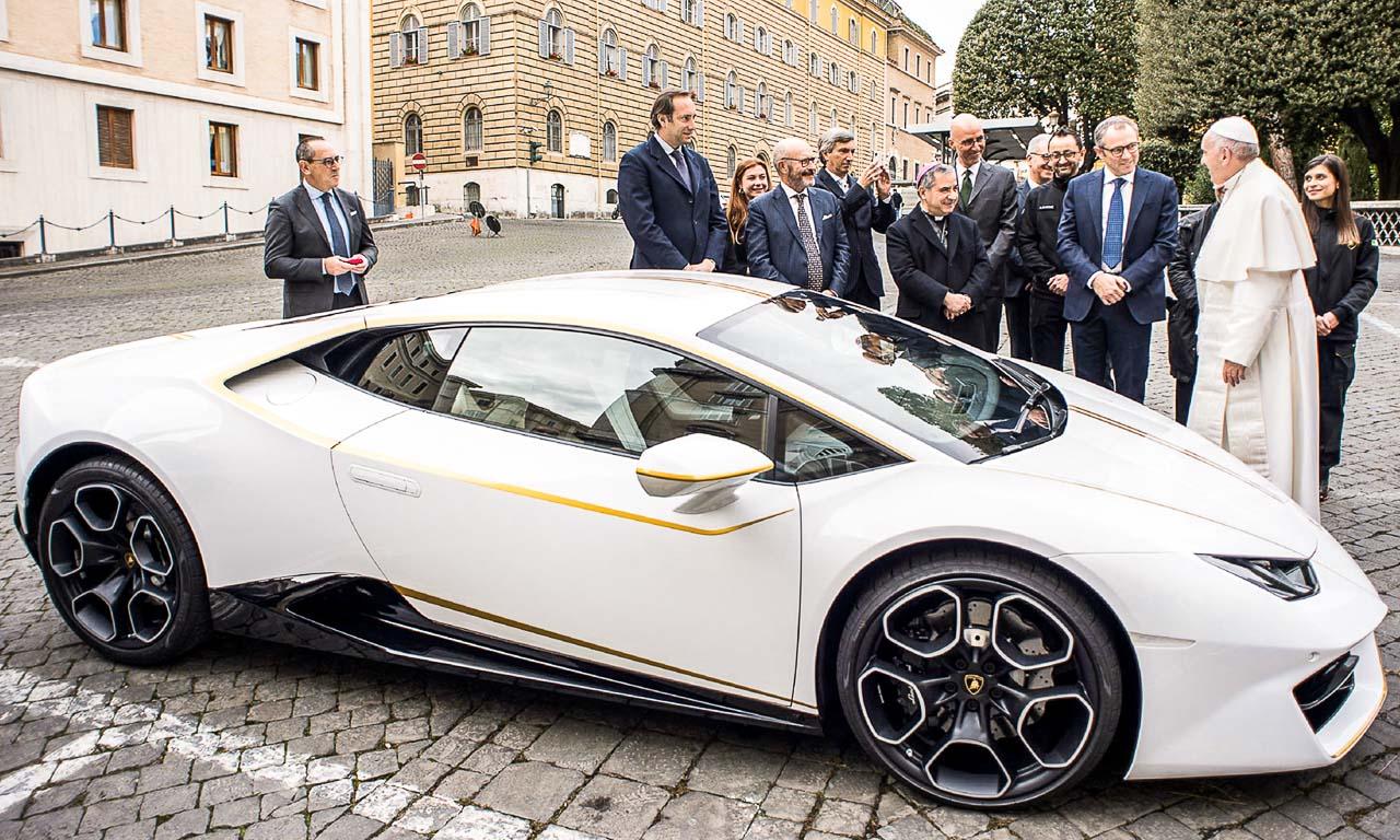 Lamborghini Huracan Papst Franziskus Versteigerung Vatikan AUTOmativ.de  - Der optisch perfekt zu Papst Franziskus passende Lamborghini Huracán wird versteigert