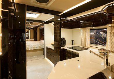 Das ist die Küche des Volkner Mobil Performance – einem 1,7 Mio. teuren Reisemobil!