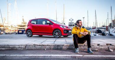 Benjamin Monaco upGTI Sitzend Hafen 390x205 - Erster Fahrbericht neuer VW up! GTI: Eher ein GT als ein GTI