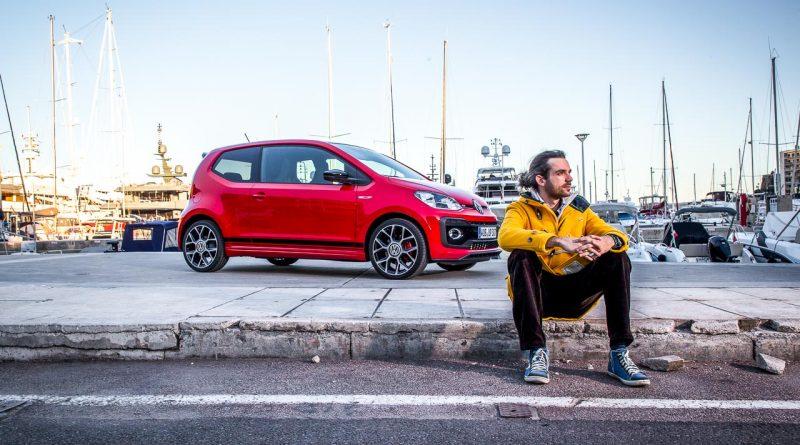 Benjamin Monaco upGTI Sitzend Hafen 800x445 - Erster Fahrbericht neuer VW up! GTI: Eher ein GT als ein GTI