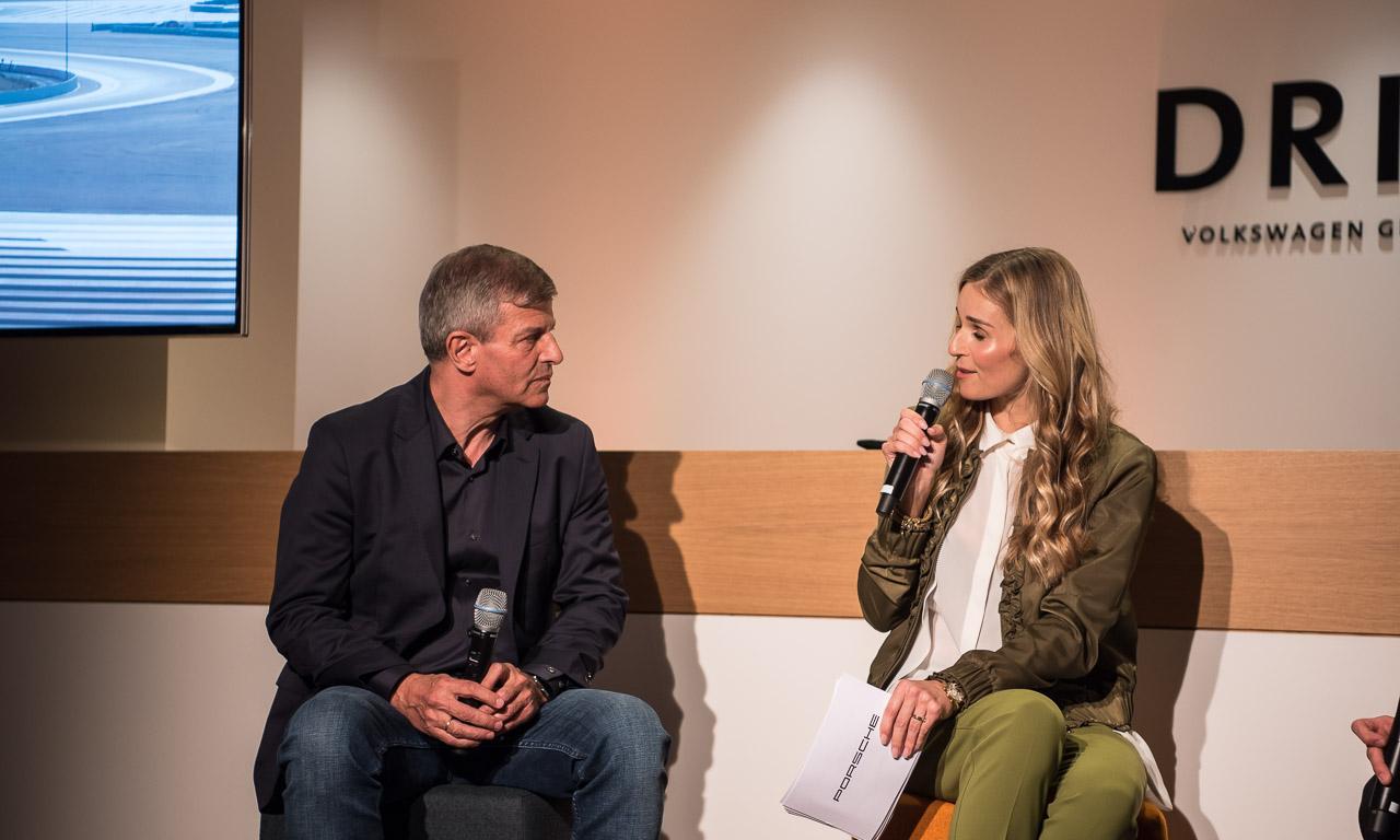Moderatorin Eve Scheer bei der Premiere der sechsten Episode des 9:11 Magazins in Berlin zusammen mit Fritz Enzinger, dem Motorsport-Chef des VW-Konzerns.