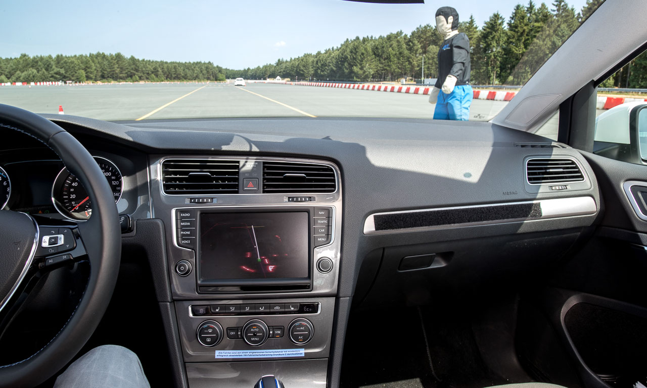 Das für Forschungszwecke umprogrammierte Multimediasystem zeigt die Aktivität und die Ergebnisse der Laserscanner sowie die anvisierte und geplante Route. Aber es erkennt auch Personen, die am Straßenrand stehen.