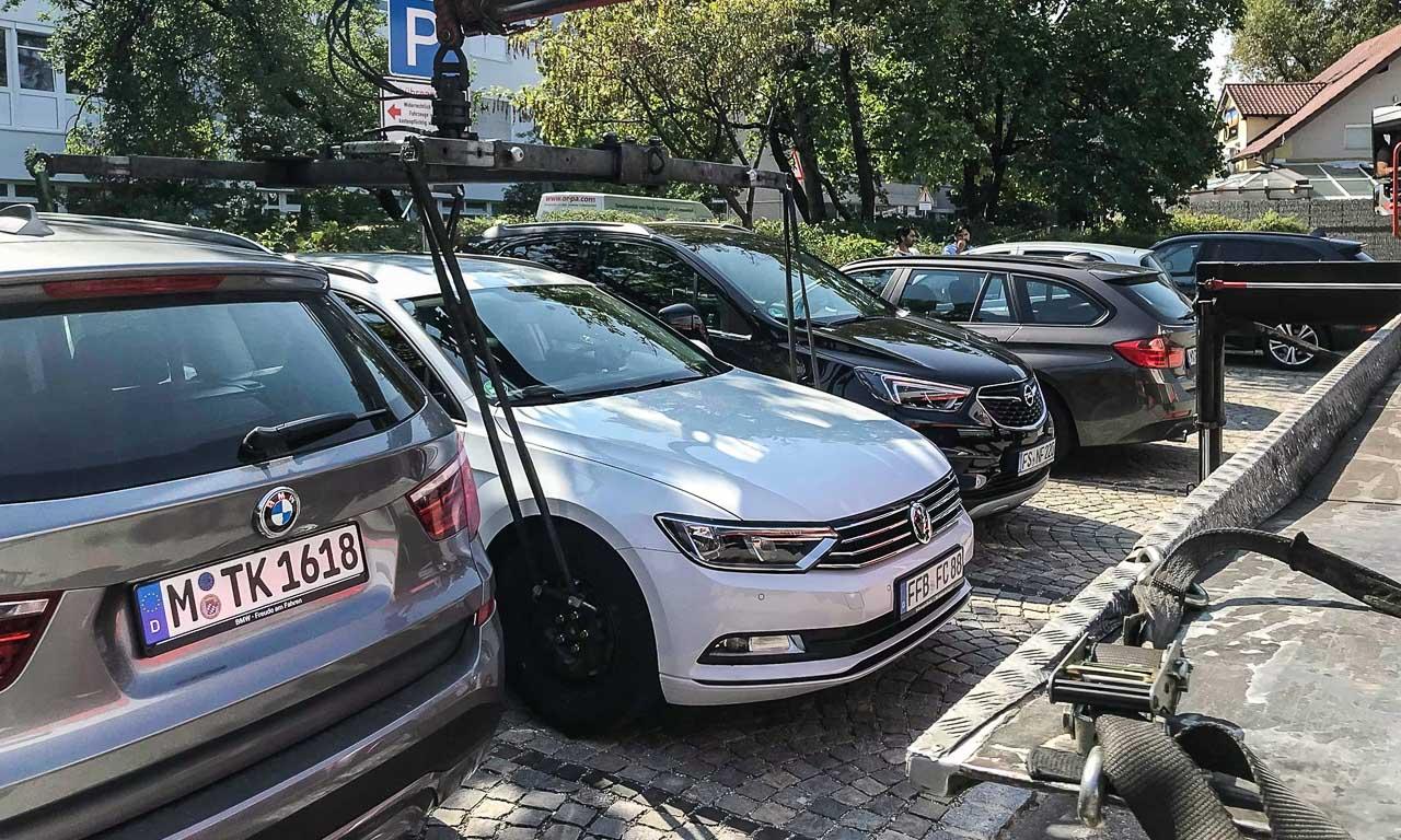 Das ist wahrlich ärgerlich: nach zehn Minuten Abwesenheit hängt - in diesem Fall in München - der Haken am eigenen Auto.