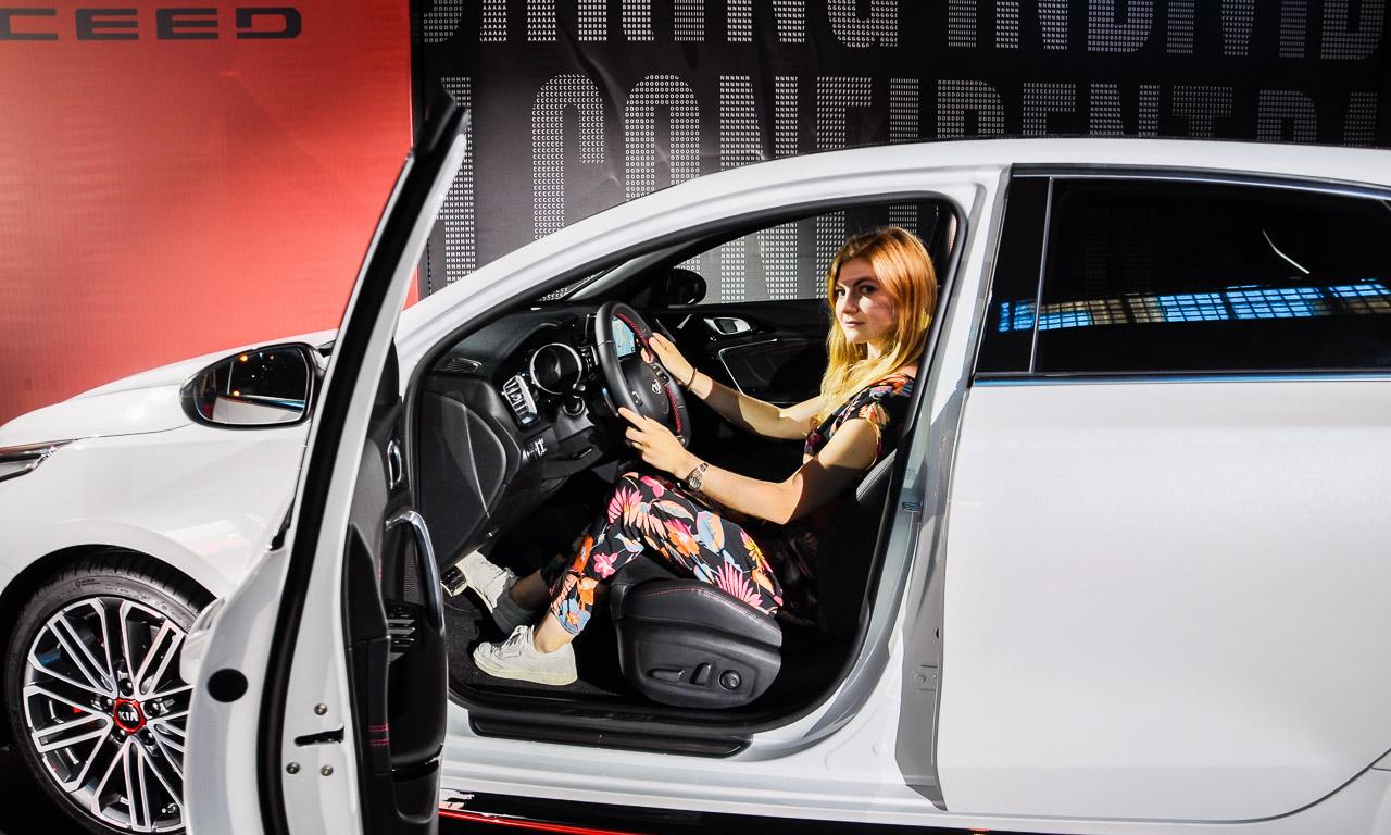 Kia ProCeed GT ShootingBrake Kia Ceed Test Premiere Ilona Farsky Benjamin Brodbeck AUTOmativ.de Barcelona 14 - Was kann der Kia ProCeed GT? Ist es nur ein Shooting Brake oder doch mehr? Sitzprobe!