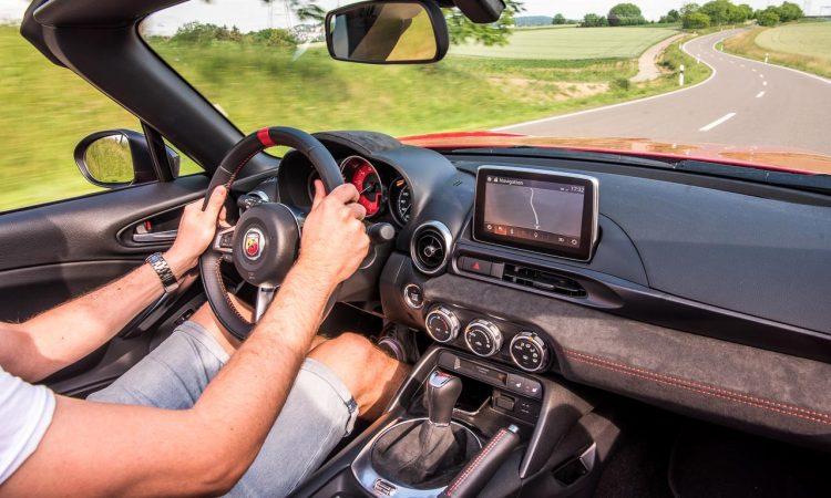 Abarth 124 Spider Test Fahrbericht AUTOmativ.de Benjamin Brodbeck Ilona Farsky Stefan Emmerich 718 Boxster Mazda MX 5 LQ 43 750x450 - Test: Kann der Abarth 124 Spider auch Gebrauchtwagen? - Vergleich Mazda MX-5 (2002)