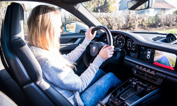 Porsche 911 Carrera 992 im Test und Fahrbericht AUTOmativ.de Benjamin Brodbeck Pia Lehmann 40 750x450 - Fahrbericht Porsche 911 Carrera (992): Basis-Elfer überhaupt nicht Basis