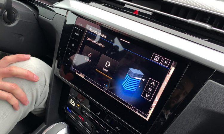 VW Arteon Ansicht Batterie Laden MIB3 Multimediasystem AUTOmativ.de  750x450 - VW Arteon Shooting Brake eHybrid: Intelligentes Energie-Management mit Zieleingabe?