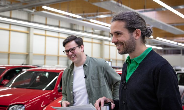 """Volkswagen VW Kaefer 1303 Cabriolet Golf 1 Cabriolet Erdbeerkoerbchen Ausfahrt Challenge AUTOmativ.de 13 750x450 - Wenn Cabrio, dann VW Käfer 1303 oder Golf 1 """"Erdbeerkörbchen""""?"""