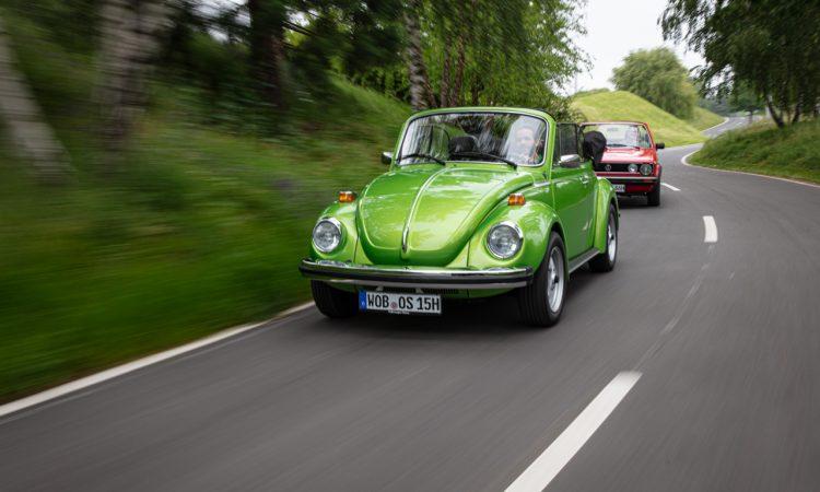"""Volkswagen VW Kaefer 1303 Cabriolet Golf 1 Cabriolet Erdbeerkoerbchen Ausfahrt Challenge AUTOmativ.de 15 750x450 - Wenn Cabrio, dann VW Käfer 1303 oder Golf 1 """"Erdbeerkörbchen""""?"""