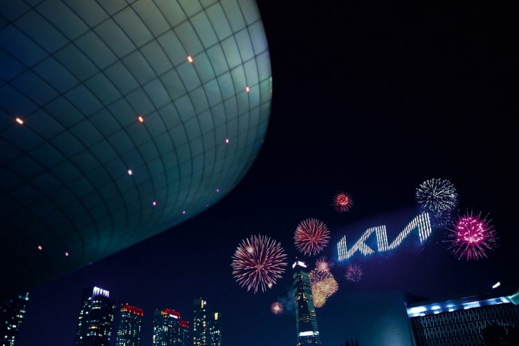 Neues KIA Logo Premiere AUTOmativ.de Hyundai 4 750x500 - Kia präsentiert komplett neues Markenlogo