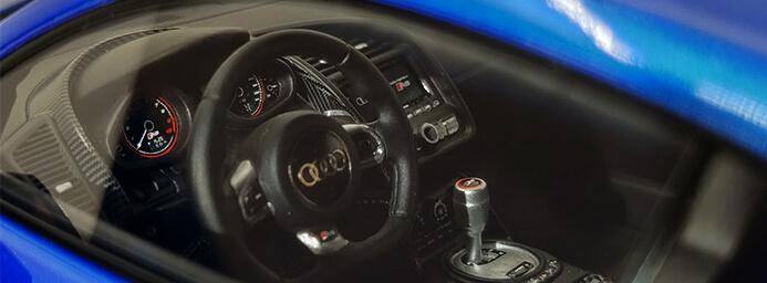 Modellauto R8 LMX Innenraum - Der Traum in Miniatur: Modellautos und ihr wunderbares Paralleluniversum