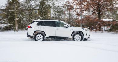 Toyota RAV4 Plug in Hybrid PHEV Test Fahrbericht AUTOmativ.de 18 390x205 - Fahrbericht Toyota RAV4 PHEV: 306 PS-Hybrid-SUV perfekt für den Winter?
