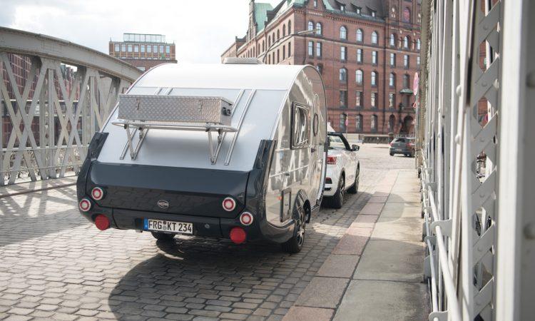 """TaB 320 von Knaus Tabbert 650 Kg Mini Retro Wohnanhaenger mit VW T Roc Cabriolet R Line 5 750x450 - Ab in den Urlaub: Wohnanhänger T@B 320 """"Offroad"""" von Knaus Tabbert kurz vorgestellt!"""