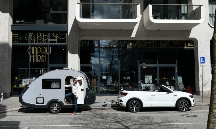 """TaB 320 von Knaus Tabbert 650 Kg Mini Retro Wohnanhaenger mit VW T Roc Cabriolet R Line AUTOmativ 12 750x450 - Ab in den Urlaub: Wohnanhänger T@B 320 """"Offroad"""" von Knaus Tabbert kurz vorgestellt!"""