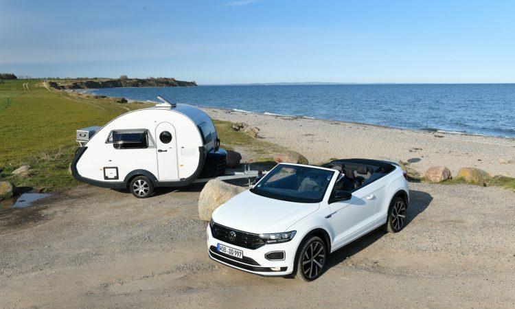 """TaB 320 von Knaus Tabbert 650 Kg Mini Retro Wohnanhaenger mit VW T Roc Cabriolet R Line AUTOmativ 23 750x450 - Ab in den Urlaub: Wohnanhänger T@B 320 """"Offroad"""" von Knaus Tabbert kurz vorgestellt!"""