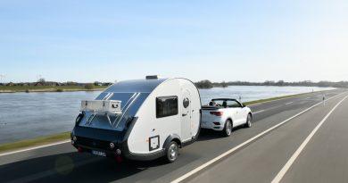 """TaB 320 von Knaus Tabbert 650 Kg Mini Retro Wohnanhaenger mit VW T Roc Cabriolet R Line AUTOmativ 5 390x205 - Ab in den Urlaub: Wohnanhänger T@B 320 """"Offroad"""" von Knaus Tabbert kurz vorgestellt!"""