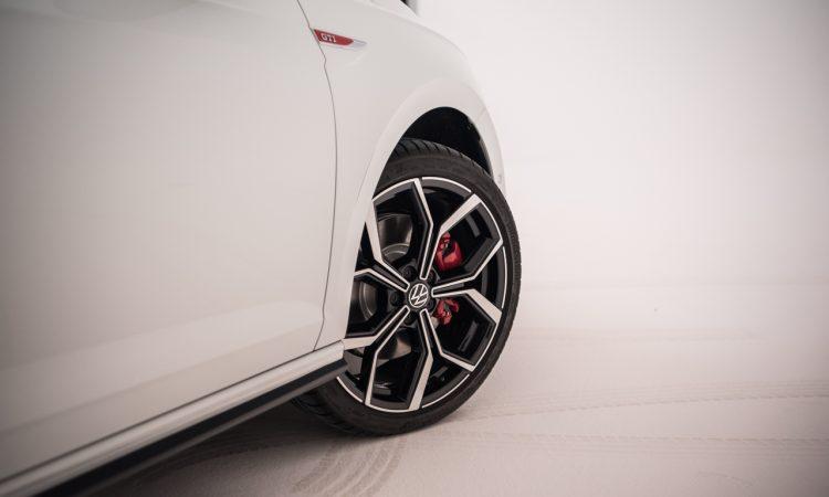 Volkswagen VW Polo GTI 2021 2022 erste Sitzprobe Studio Premiere Test Pure White AUTOmativ.de Benjamin Brodbeck 15 750x450 - Sitzprobe VW Polo GTI Facelift (MJ 2022): 207 PS für 30.300 Euro